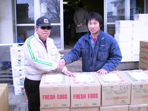 避難所世話役の新田さんと堅い握手!