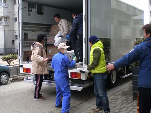 荷卸しは避難所の皆さんと協力してやりました。