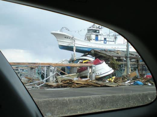 陸にあがった船